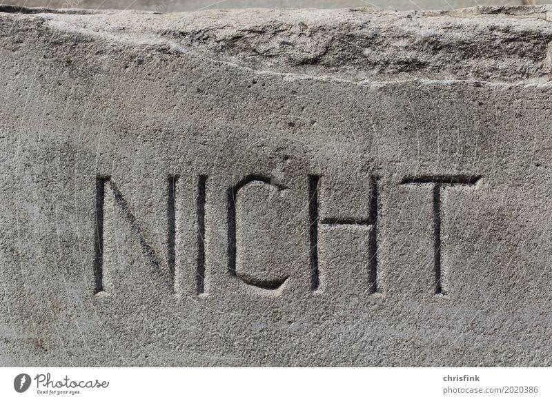 Wort NICHT in Stein alt Architektur Gebäude Kunst grau Schriftzeichen ästhetisch gefährlich Bauwerk Aggression