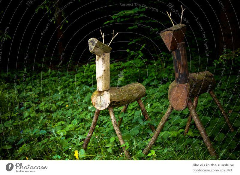 2 Hirsche stehn im Walde ganz still & stumm Jagd Skulptur Pflanze Sommer Baum Gras Sträucher Garten Park Urwald Tier Wildtier Reh beobachten braun grün