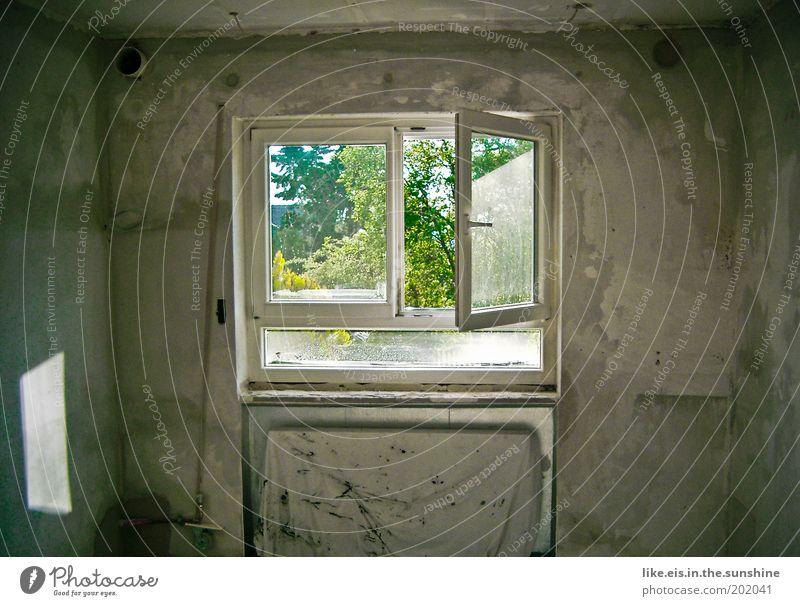 Durchatmen. Hausbau Renovieren Sonnenlicht Mauer Wand Fenster dreckig Putz Gedeckte Farben Textfreiraum links Textfreiraum rechts Innenaufnahme Raum