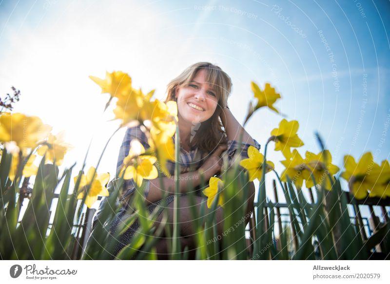 Narzissen-Frühling-Frau-Portrait-Ostern Mensch Jugendliche Pflanze blau Junge Frau schön Sonne Freude 18-30 Jahre Erwachsene Leben gelb feminin Glück