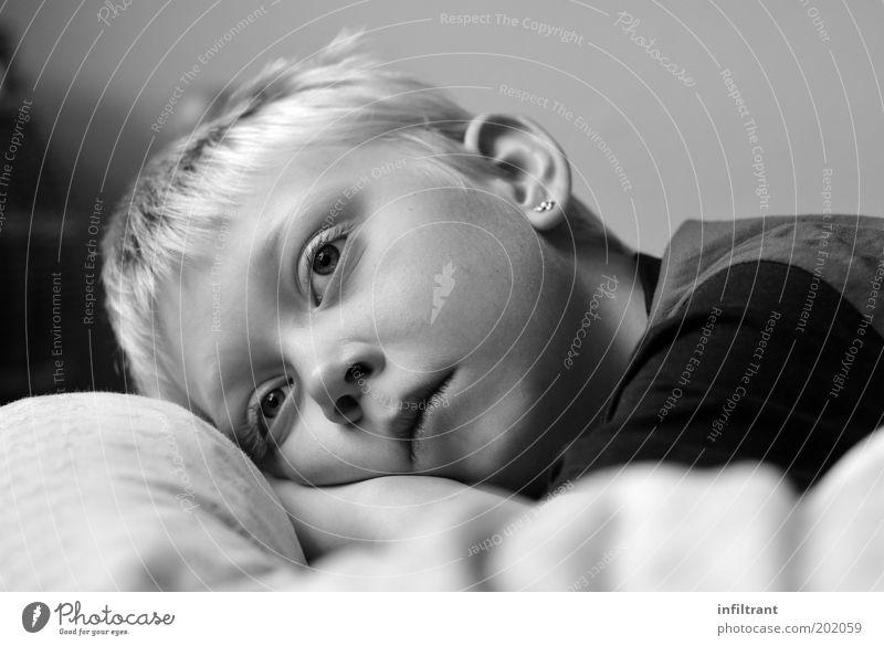 ich träume Mensch Kind weiß Gesicht ruhig schwarz Einsamkeit Erholung Junge grau träumen Kopf Traurigkeit Denken blond liegen