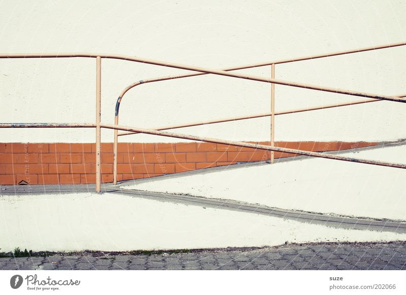 Das ewige Hin und Her weiß Wand Wege & Pfade Mauer Linie Fassade Ordnung Sicherheit trist diagonal Geländer anstrengen kreuzen Zugang Rampe Zickzack