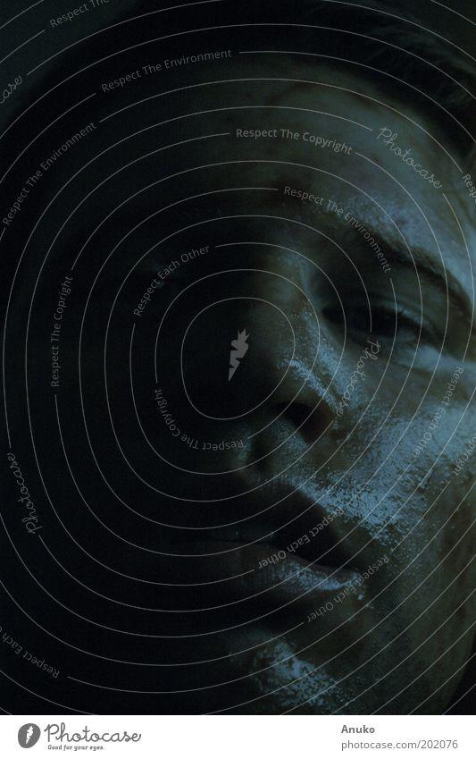 Gesicht Mensch schwarz dunkel Gefühle Mund Kunst dreckig maskulin ästhetisch Experiment Schweiß Abend Licht Porträt Junger Mann