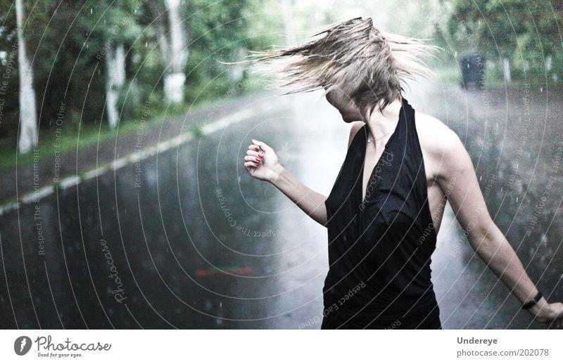 Regen 1 Mensch Junge Frau Jugendliche 18-30 Jahre Erwachsene schön Behaarung nass Kleid Wassertropfen Farbfoto Gedeckte Farben Außenaufnahme Tag