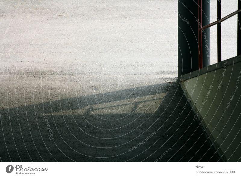 Way Out Tiefgarage Asphalt Ausfahrt Säule Licht Außenaufnahme Strebe Schatten Boden Wege & Pfade diagonal Ausgang Freiheit hell Textfreiraum oben Menschenleer