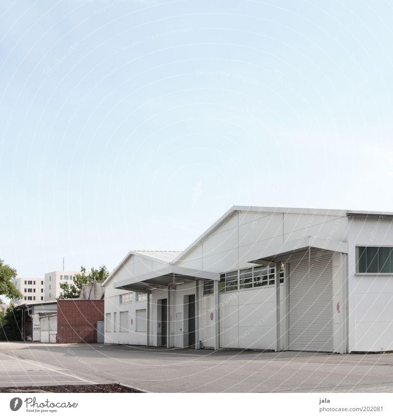 Außenbezirk Himmel weiß blau Haus grau Gebäude Tür Fassade Industrie Platz trist Güterverkehr & Logistik Industriefotografie Fabrik Tor Unternehmen