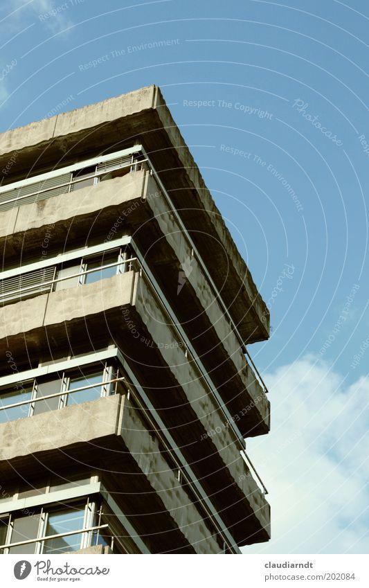 Angeeckt Haus Hochhaus Bankgebäude Bauwerk Gebäude Architektur Balkon Fenster Beton Glas Metall eckig hässlich trist grau verfallen Ecke Etage Blauer Himmel