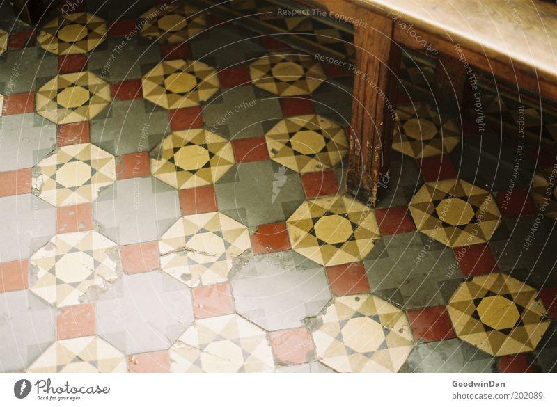 Analoge Rastlosigkeit schön alt kalt trist Kirche Bank Bodenbelag trocken Mosaik