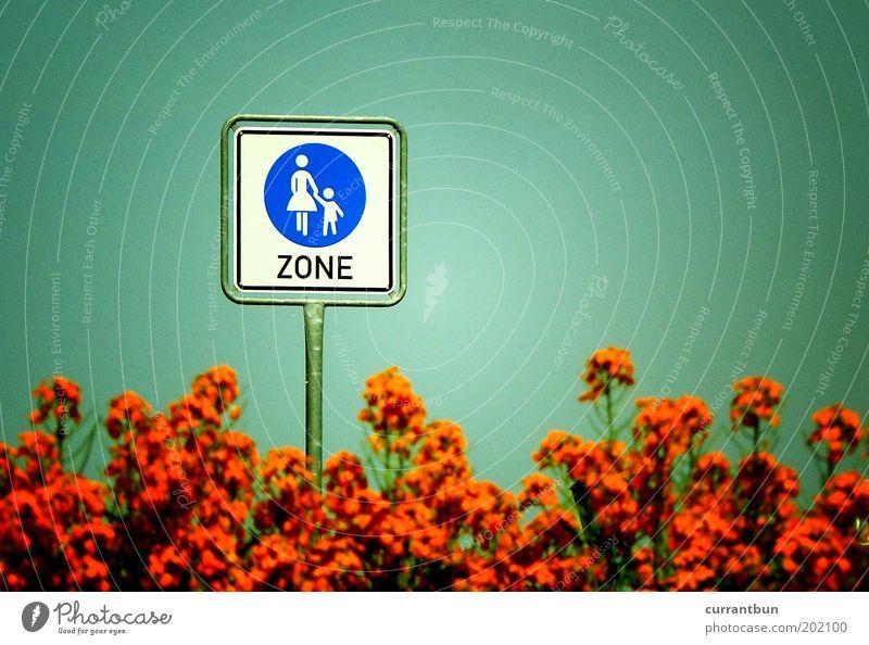 guerillafinalisierung Kind Natur grün orange Sträucher laufen Mutter Eltern Vorsicht Verkehrsschild Fußgängerzone Zone Straßennamenschild Wege & Pfade Mensch