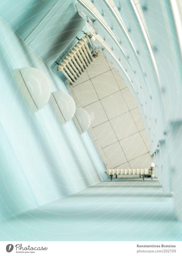angenehm hell blau Haus Wand Mauer Gebäude hell Perspektive Fliesen u. Kacheln unten Heizkörper Treppenhaus beige Heizung Vogelperspektive angenehm