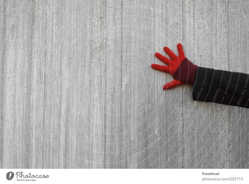 hand an wand Hand rot kalt grau Arme Finger Kontakt Handschuhe nachhaltig minimalistisch sparsam Junge Frau Mensch Betonwand