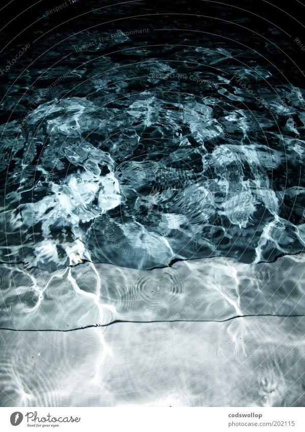nightswimming Wasser nass blau Schwimmbad Nacht Farbfoto Außenaufnahme abstrakt Strukturen & Formen Blitzlichtaufnahme Reflexion & Spiegelung Menschenleer