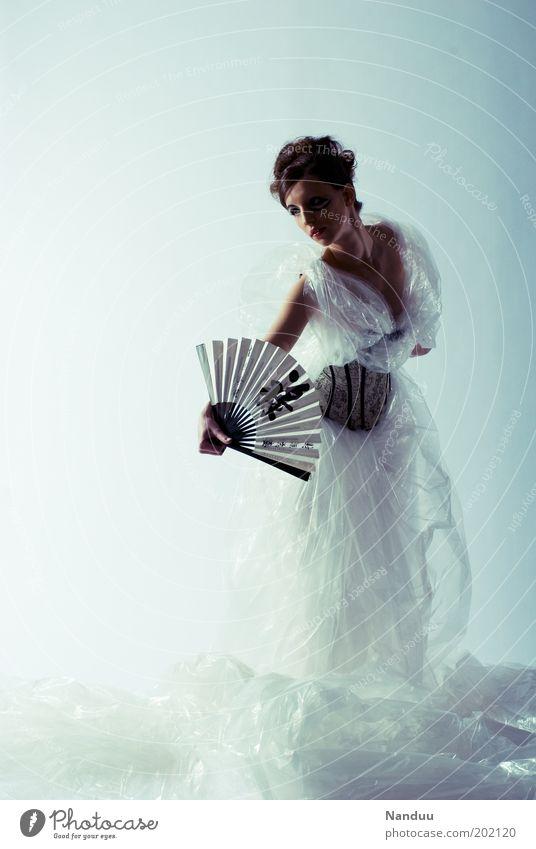 Eleganz Mensch Jugendliche feminin Kunst elegant Körperhaltung Kleid dünn Kunststoff durchsichtig Tänzer Frau Abdeckung Folie Fächer