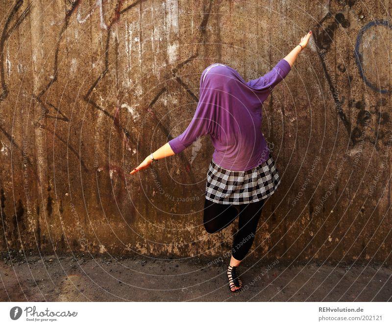 verschlossene offenheit Mensch feminin Junge Frau Jugendliche 1 18-30 Jahre Erwachsene Bewegung drehen lustig Gleichgewicht Zufriedenheit violett Rock Leggings