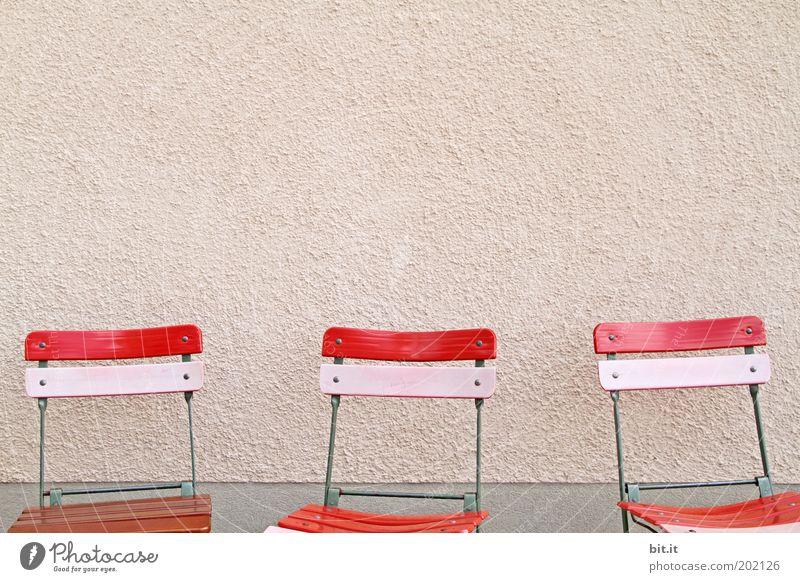 Die drei von der Leberwurstbeiz ruhig Stuhl Fassade Stein Beton Holz rosa rot Sitzgelegenheit stehen Gartenstuhl leer 3 Klappstuhl Wand Reihe frei Farbfoto