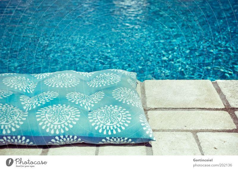 Pool Wasser blau Sommer nass Schwimmbad heiß türkis Am Rand Kissen Wasseroberfläche azurblau Steinboden Beckenrand