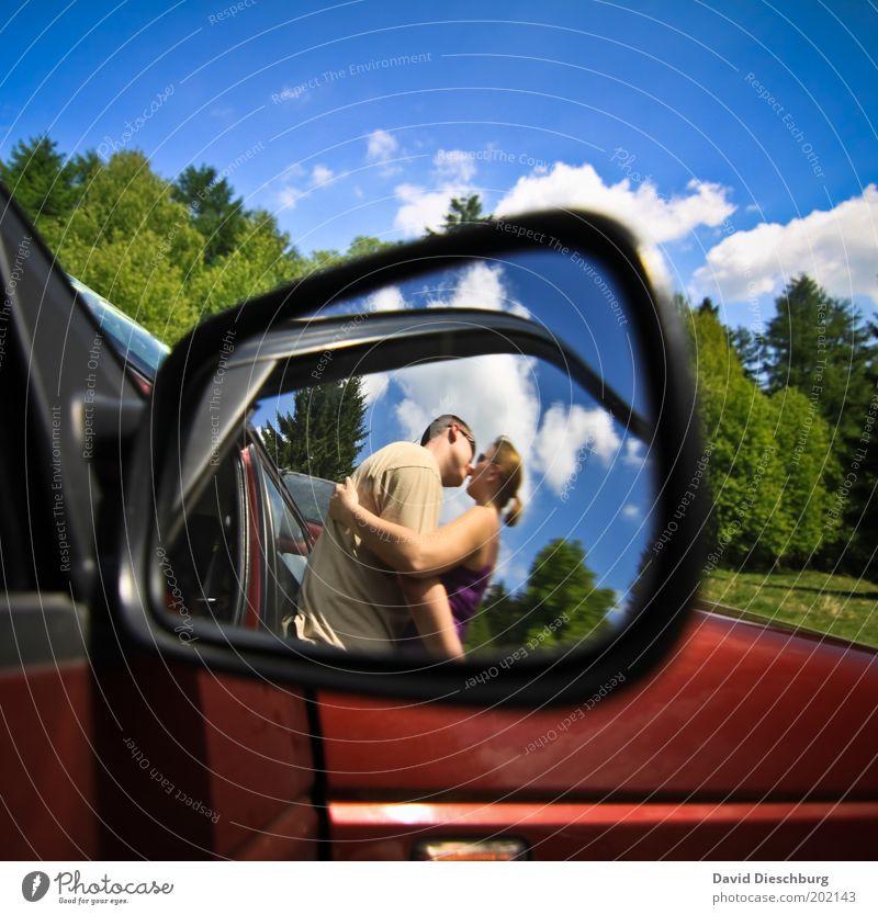 Liebe auf dem Parkplatz Mensch Himmel Natur Jugendliche blau Sommer Wolken Erwachsene Frühling Junge Frau PKW Paar Junger Mann Zusammensein 18-30 Jahre