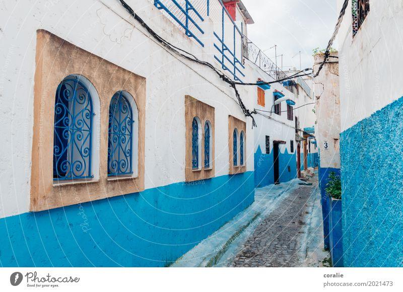 Kleines blaues Wunder Fischerdorf Kleinstadt Stadt Hafenstadt Stadtzentrum Haus Fenster Ferien & Urlaub & Reisen Häusliches Leben Fensterladen Gitterrost