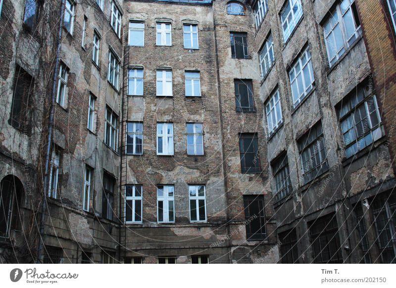 Hofgeschichten Stadt Haus Berlin Fenster Stein Gebäude Architektur Fassade Fabrik authentisch Verfall Bauwerk Hinterhof Industrieanlage Hauptstadt