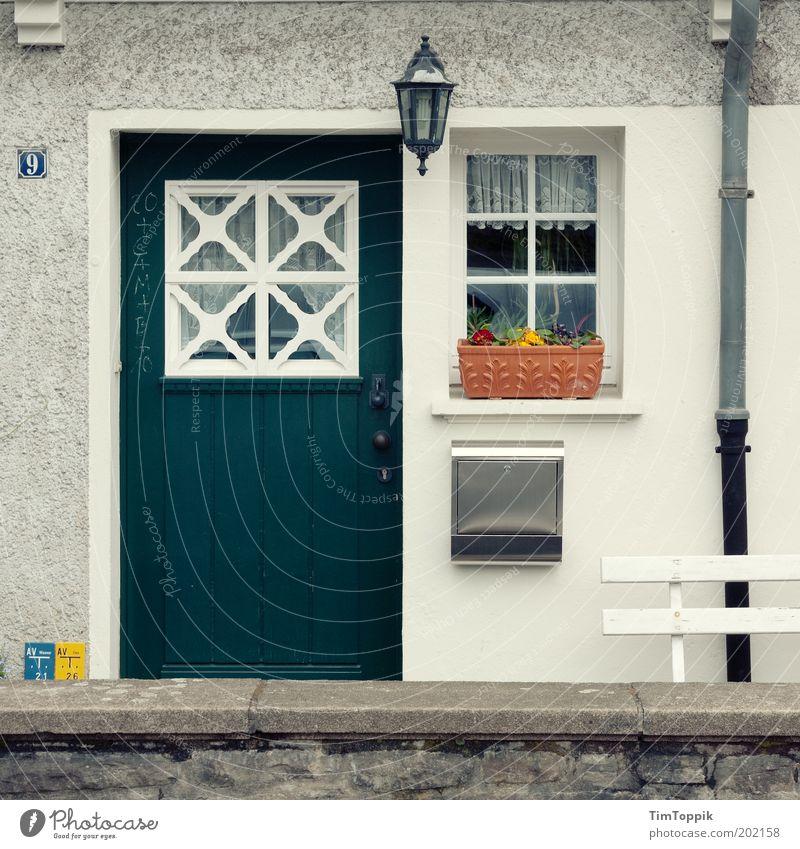 Im Wunderland #4 Fassade Fenster Tür Briefkasten Dachrinne Ordnung Spießer Wohnung Verhext Märchen Heimat Deutsch Eingang Eingangstür Laterne Blumenkasten