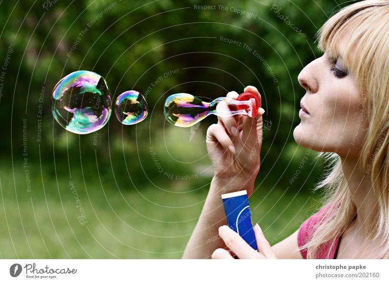 Schillernd Spielen Junge Frau Jugendliche Kopf 1 Mensch 18-30 Jahre Erwachsene Park blond schön feminin träumen Kreativität Leichtigkeit Seifenblase schillernd