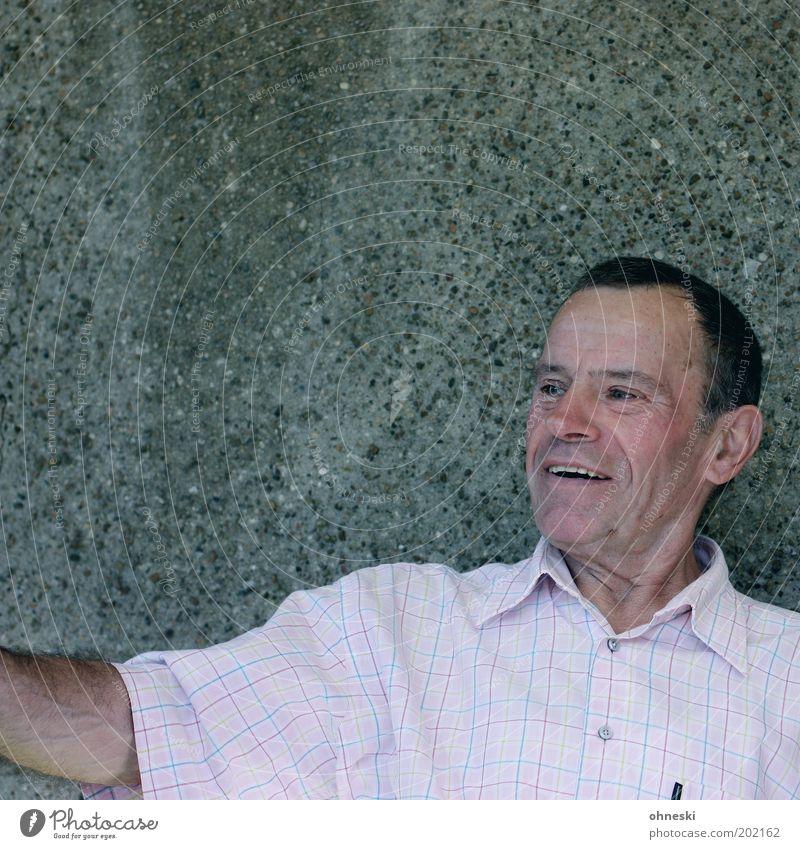 Freude Mann Senior Leben Wand Glück lachen Zufriedenheit maskulin Fröhlichkeit Lebensfreude Mensch Betonwand Männlicher Senior