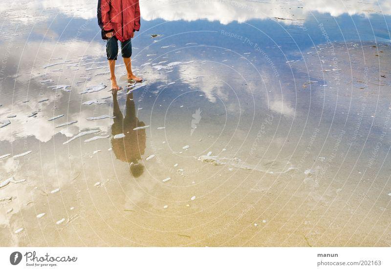 Wolkengänger Natur Jugendliche Wasser Himmel Sonne Meer blau Sommer Strand Ferien & Urlaub & Reisen Wolken Ferne Erholung Sand Beine Küste