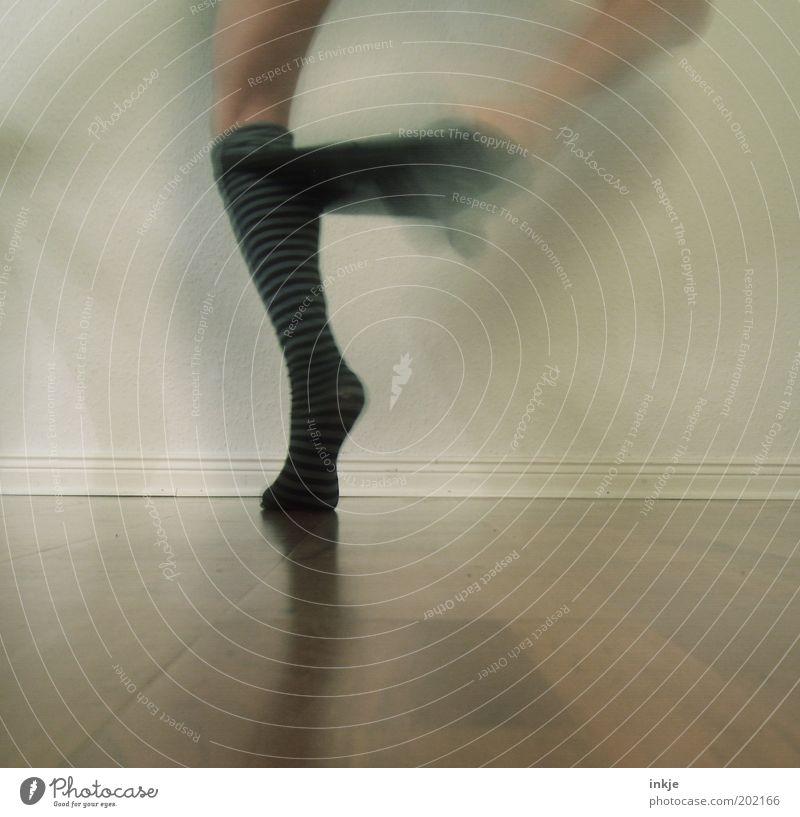 stressing dressing ! Mensch Gefühle Beine Fuß lustig Tanzen außergewöhnlich stehen Streifen einzigartig Stress Junge Frau chaotisch bizarr Strümpfe