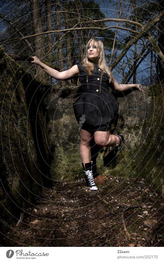 waldfee Mensch Natur Jugendliche schön schwarz Wald dunkel feminin Stil Kraft Mode blond Erwachsene elegant Umwelt