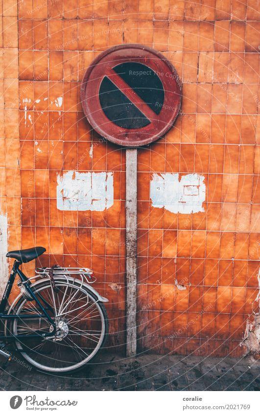 Halteverbot Stadt Wand Mauer orange Fassade Stadtleben Verkehr dreckig Fahrrad Schilder & Markierungen Bürgersteig Hauptstadt Altstadt Stadtzentrum