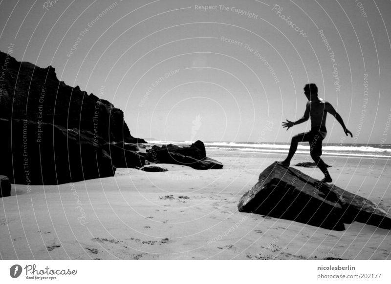ich will mehr Mensch Jugendliche Ferien & Urlaub & Reisen Meer Sommer Strand ruhig dunkel Bewegung Sand springen Körper Wellen Kraft Felsen Freizeit & Hobby