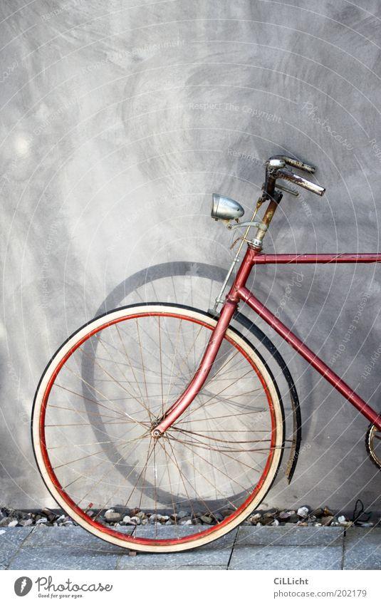 Mein rotes Fahrrad elegant Stil Freizeit & Hobby Mauer Wand Sammlerstück Erholung alt ästhetisch historisch rund grau schwarz weiß Sehnsucht Fernweh Bewegung