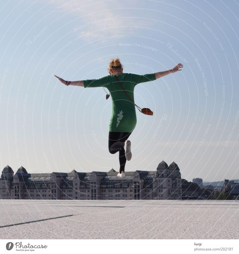 Heute fühle ich mich leicht Mensch Jugendliche grün Stadt Freude Spielen Stil Freiheit Glück Gebäude Luft Körper Architektur blond