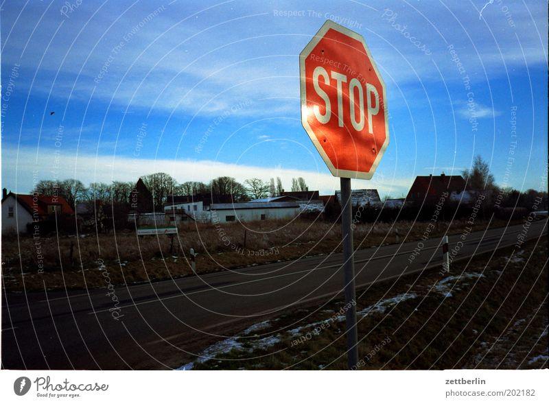 STOP Himmel blau Wolken Winter Straße Schilder & Markierungen stoppen Information Dorf Typographie Verbote Halt Religion & Glaube Verkehrsschild Stadtrand