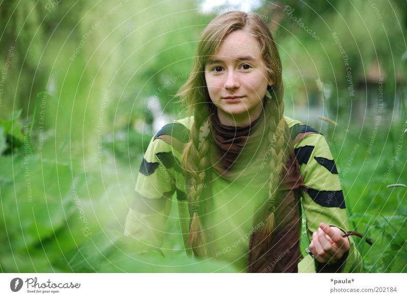 Robin Hood hat eine Schwester feminin Kopf Haare & Frisuren Gesicht 1 Mensch Natur Pflanze Gras Sträucher brünett langhaarig Zopf beobachten genießen warten