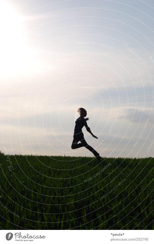 Horizonttänzerin Mensch Himmel Jugendliche blau grün Sonne Freude Wiese Leben Landschaft Bewegung springen träumen Körper Tanzen Feld