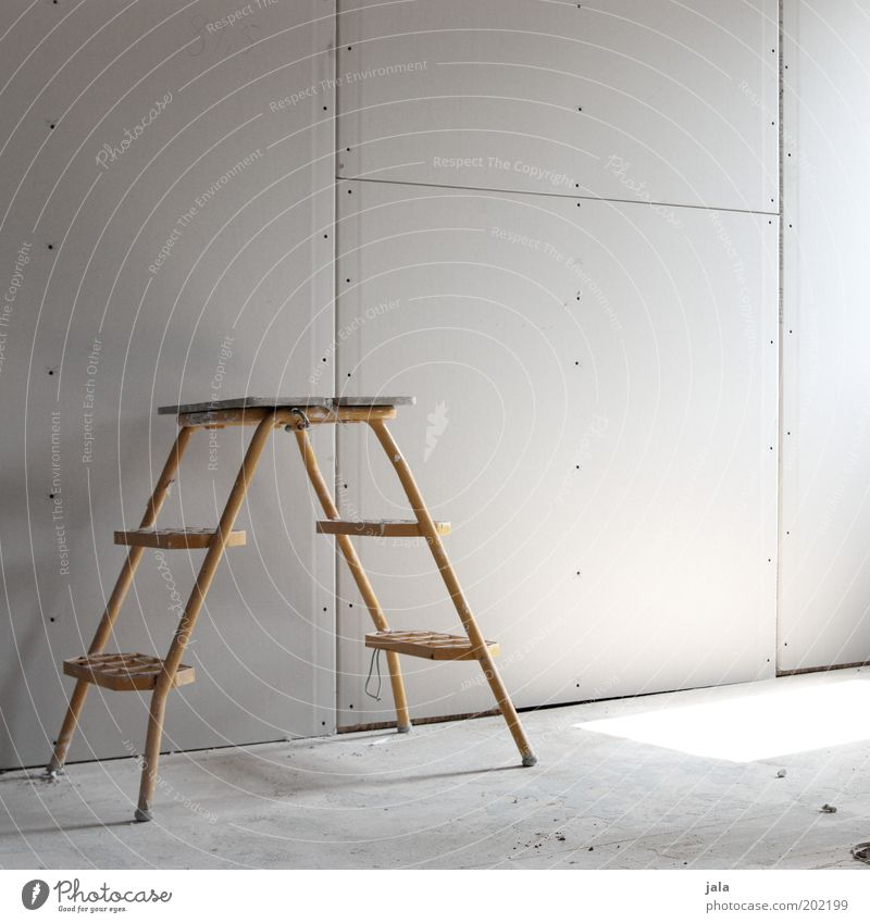 umbau Leiter Raum bauen gelb grau Baustelle Modernisierung Farbfoto Innenaufnahme Menschenleer Textfreiraum oben Tag Renovieren Trittleiter Lichteinfall Wand