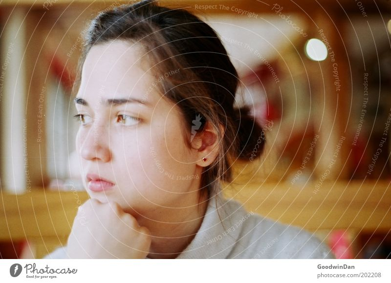 Charlotte Jugendliche schön feminin Gefühle Denken hell Stimmung ästhetisch beobachten einzigartig natürlich nachdenklich Junge Frau