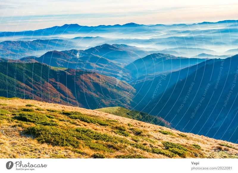 Blick vom Bergrücken Himmel Natur Ferien & Urlaub & Reisen blau Sommer Farbe schön grün weiß Landschaft Wolken Ferne Berge u. Gebirge schwarz Umwelt gelb