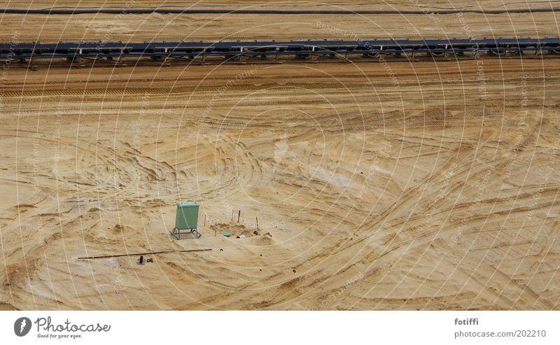garzweiler 2.1 schwarz gelb Sand braun Erde Spuren Kasten Urelemente Zerstörung Bergbau Kohle gigantisch Reifenspuren Braunkohlentagebau Förderband