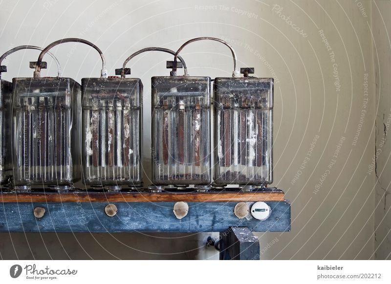Energiebündel alt blau kalt grau Energiewirtschaft Elektrizität Kabel Vergänglichkeit Verfall Vergangenheit historisch Mobilität Batterie energiegeladen