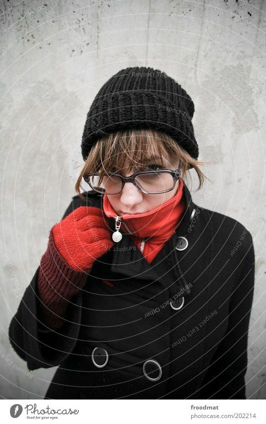 cool Frau Mensch Jugendliche rot Winter kalt Herbst feminin Wärme Mode Erwachsene Bekleidung Coolness Brille Mütze brünett