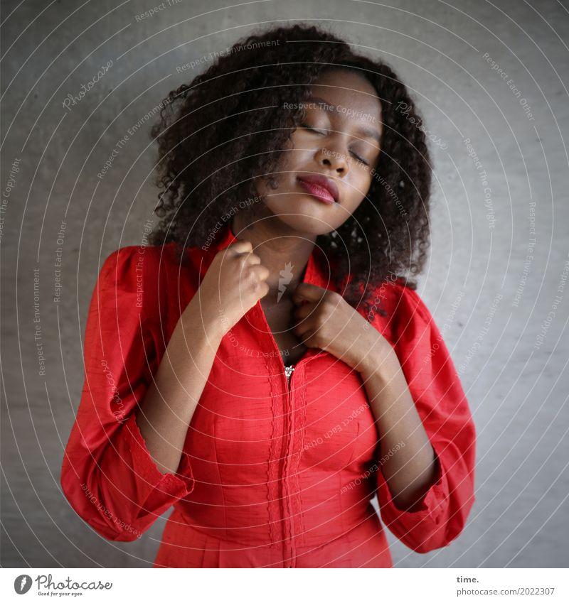 Arabella feminin Frau Erwachsene 1 Mensch Mauer Wand Kleid Haare & Frisuren langhaarig Locken Erholung festhalten stehen träumen schön Wärme Zufriedenheit