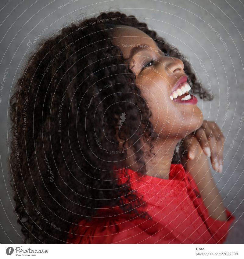 Arabella feminin Frau Erwachsene 1 Mensch Mauer Wand Kleid brünett Locken Afro-Look Erholung festhalten lachen Blick Fröhlichkeit schön positiv rot