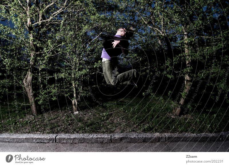 sie holen mich immer wieder maskulin Junger Mann Jugendliche 18-30 Jahre Erwachsene Natur Landschaft Sträucher Hose fliegen springen ästhetisch dunkel