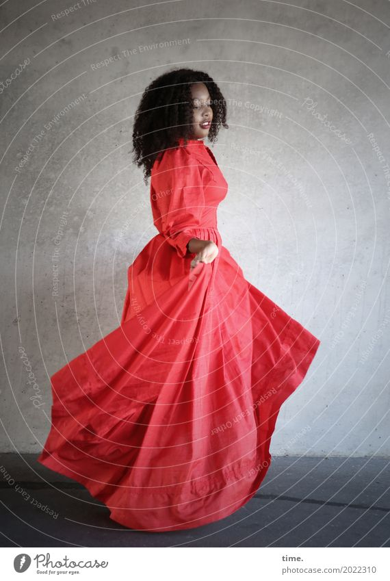 Arabella feminin Frau Erwachsene 1 Mensch Mauer Wand Kleid Haare & Frisuren brünett langhaarig Locken Afro-Look beobachten Bewegung Blick Tanzen schön