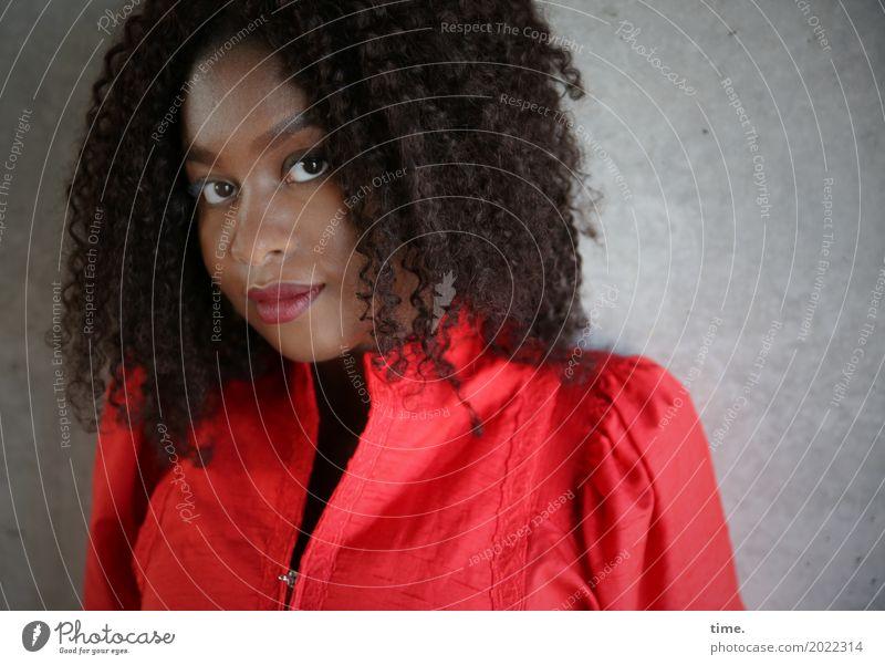 Arabella feminin Frau Erwachsene 1 Mensch Mauer Wand Kleid Haare & Frisuren langhaarig Locken Afro-Look beobachten Denken Blick warten ästhetisch Freundlichkeit