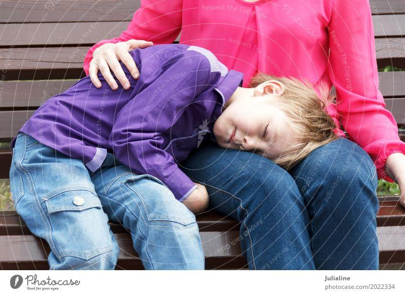 Mutter mit schlafendem Sohn hat eine Pause Freizeit & Hobby Kind Schulkind Junge Frau Erwachsene Mann 2 Mensch 3-8 Jahre Kindheit 8-13 Jahre 18-30 Jahre