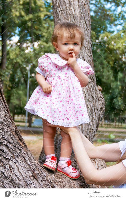Nettes Kind im rosa Kleid Baby Frau Erwachsene Mutter Finger 1 Mensch 1-3 Jahre Kleinkind Baum weiß neugeboren saugen Mädchen Europäer Kaukasier eine zwei