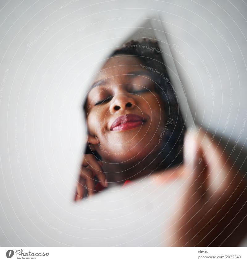Arabella feminin Frau Erwachsene Gesicht Hand 1 Mensch Mauer Wand brünett Locken Spiegel Denken festhalten genießen träumen außergewöhnlich schön Zufriedenheit